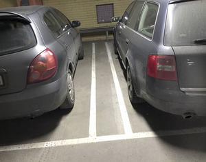 Dubbla linjer är nytt mellan de parkerade bilarna.