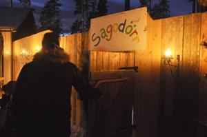 Det var andra året som det anordnades tomtevandring i Högforsen, Gevåg. Både barn, föräldrar och arrangörerna, Ängesbergs Bua, tycktes vara nöjda med kvällen.