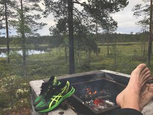 Efter att ha trampat på en cykel hela dagen är det skönt att slå läger och vila fötterna.