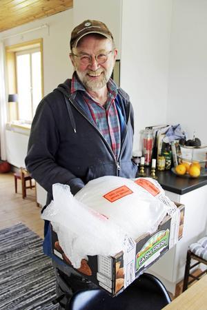 Hedersguldbaggen har också flyttat till Norrsundet, men den är fortfarande omsorgsfullt paketerad.