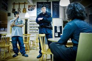 På gården. Hur gör vi om vi ser någon med ett softairgun? Fritidsledarna Beston Kalefa och Siavash Vatanijalal diskuterar olika frågor som kan komma upp em polisen Magnus Bernestål.