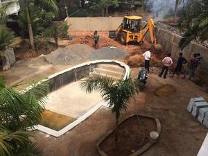 Ett av de stora projekten var att gräva en pool inne på området.