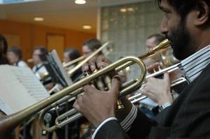 Örnsköldsviks Musikkår har fått lite nödvändig skjuts i bemanningen till den välspelande blåsorkestern, där trumpetare som Marcus Asplund höjer kvaliteten och klangen på ett påtagligt sätt.