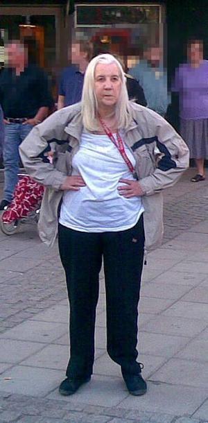 72-åriga Barbro Åkerblom är försvunnen från sitt hem i Forsbacka. Det är oklart när hon försvann men hon anmäldes försvunnen den sista april. Den 20 april gjordes ett uttag med hennes bankomatkort.