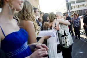 Släkt och vänner trängs för att få en kram innan balbesökarna ska gå in och mingla på Gamla teatern.