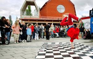 Victor och Gustaf Grinde bjöd på streetdance, på bilden är Gustaf i full aktion. Foto: Henrik Flygare