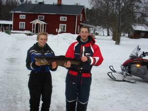 Grannarna och storfiskarna Sebastian Olsson och Martin Folke från Hucksjöåsen, Bräcke med sin öring som var 85 centimeter lång och vägde 5 kilo och 5 gram.
