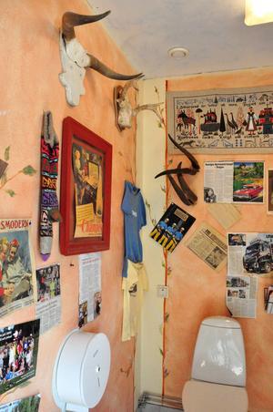 På toaletten finns en gästbok, eller dassbok. Där har flera kändisar lämnat sin autograf.