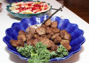 Köttbullar av älgfärs och fläskfärs blir ett lite hälsosammare alternativ till nötköttsbullarna på julbordet.