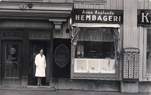 Stora torget. Anna Asplund utanför sin butik på Stora torget.