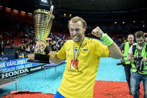 Joel Kanebjörk med VM-bucklan 2014 som även är den senaste gången Sverige vann VM.