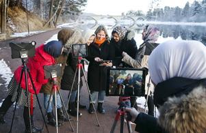 Eva Sjöblom omringad av vetgiriga filmare.