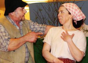 K-G Gustafsson gör rollen som Sjungar-Lars. Här förklarar han för den olyckliga Ingeborg, spelad av Inger Jonsson, att hon säkert kommer att få sin käraste Johannes Söder till sist. Och det gör hon, för kärleken segrar i