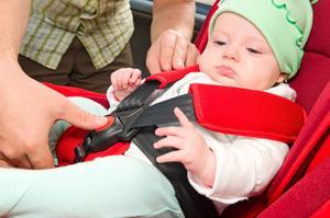 Upp till fyra års ålder åker barn säkrast bakåtvänt i bilen. Foto: Shutterstock