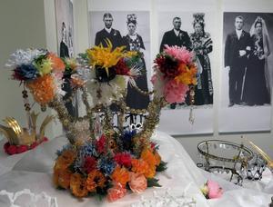 Slöjdade brudkronor i utställning på Länsmuseet.