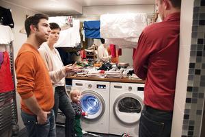 Fyll maskinen och låt tvätten lufttorka är två energispartips som Samuel Costa Nordvall, Ursa Bonnevier och Ola Norrman Eriksson pratar om i tvättstugan