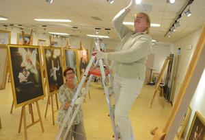 """""""The Art of Zhen Shan Ren"""". Nu byggs utställningen, med cirka 35 utvalda konstverk, upp."""