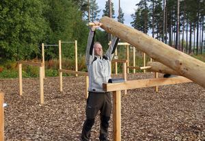 Börje Öberg testar stocklyft i det nya utgymmet på Bergeforsens IP.