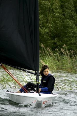 Segling kräver koncentration. Tea Malmborg ser koncentrerad och säker ut när hon seglar. – Det är roligare när det blåser, det går fortare då, säger hon.