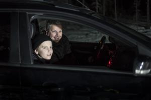 Stefan Thullners med sonen Manne på isbanan under torsdagskvällen.