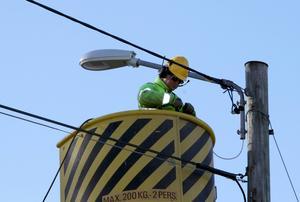 Jan Leffler från företaget Ljusmontage byter ut de gamla glödlamporna mot ledlampor. Den kommunala investeringen ligger på omrking nio miljoner kronor.