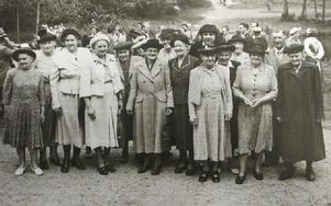 Damer med hatt på utflykt till Frostbrunnsdalen. Foto: Roland Engvall
