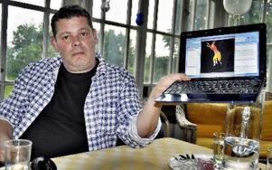 Thijs Wiessing visar hur han fått en av Rune Lindströms tecknade figurer att röra på sig. Thjis är en skicklig animatör.-- Själva tricket att lura publiken är gammalt som gatan.FOTO: BOEL FERM