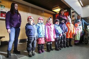 Påskutklädda förskolebarn från Hästhagens förskola i Sveg