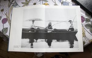 Här är Ankis mormor Svea när hon i barndomen är ute och fiskar med sina bröder i Storsjön. Bilden finns i boken