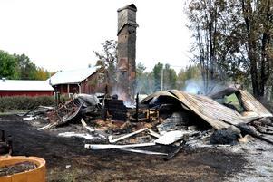 En storbrand härjade på en gård i Brattbäcken utanför Hoting på onsdagskvällen. Fem byggnader förstördes i branden.