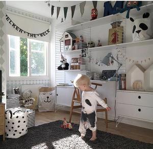 Malins minsting Melker i sitt fina rum hemma i radhuset.