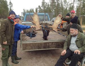 Kväksels jaktlag, som jagar norr om sjön Skattungen, fick en rekordtjur i pass när oktoberjakten började på måndagen. En udda 22-taggare blev bytet som lastades på släpet för färd till slaktarboden.