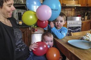 Oskar visar några av de ballonger han hade på sin tvåårsdag 16 februari. Storebror Linus hjälper till att bära.