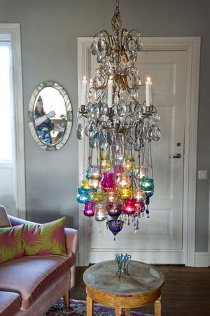 Colette Luotsinen hittar grejer lite överallt. Kristallkronan köpte hon på en polisauktion, troligen var den gammalt stöldgods. Bordet fick hon och maken av en granne i Hagsätra och spegeln är från det första huset de köpte i England. Den rosa soffan hittade hon på Blocket och mattan på Tradera .