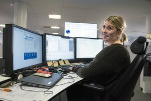 På skärmarna framför Josefin har hon tillgång till statistik, epost och olika redaktionella system.