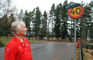Lars-Erik Jonsson tittar på nya skylten utanför hemmet i södra Björksätra.
