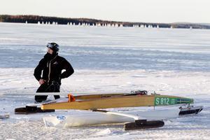 hård vind slet ta i seglen. Eddie Klements från Eskilstuna seglar på sommaren och åker tävlar i isjakt på vintern. I Årsunda fick han lov att byta mast efter två heat.