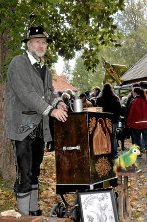 Inkastare. Tommy Lundgren från Hörkens bygdedansare kunde lika gärna varit inkastare till en oktoberfest i Bayern som till Gammelmarken vid Stora gården.
