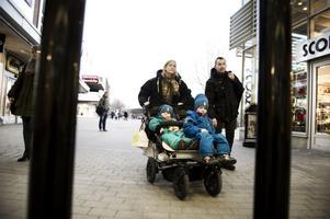 På tur på gågatan: Familjen Goodholm, Marie och Hans med barnen Sakarias och Gabriel.
