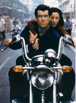 Honda CRF 250R. 1971Film: Diamantfeber(Diamonds Are Forever)Skådespelare: Sean Connery•   Ett nytt slags fordon fick sitt genombrott tack vare Bond. I Diamantfeber användes nämligen några Honda US90, trehjuliga terränghojar som kunde utveckla sju hästkrafter och ta sig fram över stock och sten på stora ballongdäck.Snart blev trehjulingen populär bland markägare och jaktlag. Den fick fjädring och traditionella däck och blev så småningom säkrare genom ett fjärde hjul. Fyrhjulingen var född.