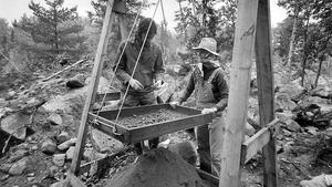 21 september 1973. Arkeologerna Ove Hemmendorff från Stockholm och Nina Folin från Lund sållar igenom ett fyndlager från en av gravarna vid Bäckbyundersökningen.