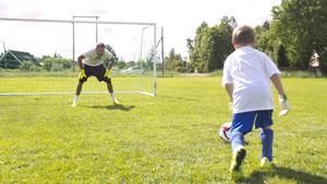 Joel Englöf visade ingen rädsla när han attackerade målet med Andreas Isaksson i.