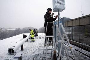 I riktigt dåligt väder lade eleverna på elprogrammet sista handen vid vindkraftverket som ska resas i dag. På stegen Niklas Forsgren.