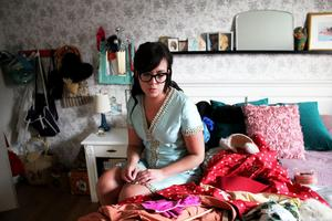När VLT är på besök har Heidi Hed har plockat fram en bråkdel av sina klänningar och de skapar en fantastisk färgfest på sängen i sovrummet.