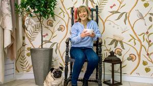 Blommor, blad och fåglar är fortfarande helt rätt på tapeten, säger Ingrid Hägglund som är butikschef på Björklund och Wingqvists tapetbutik. Här med mopsen Frank.