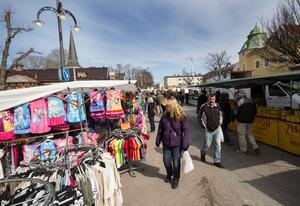 Mat, kläder, nöjen – det finns mycket att titta på och göra i Norberg under marknaden.