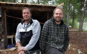 Kalle Skarp (t h) tillsammans med kompisen Carl-Magnus Hilldén framför den nybyggda slogboden.FOTO: CHARLOTTA RÅDMAN FRANS