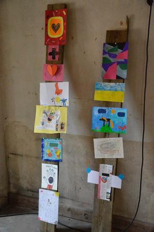 På vinden ovanför samlingsutställningen hänger verk av de 350 Noraelever som i veckan tagit del av Ljusstråksutställningen för att sedan själva skapa konst.
