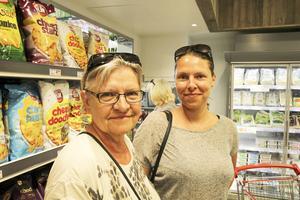 Anna Märta Flykt besökte butiken i Vallsta på premiärdagen tillsammans med sin dotter, Sara Karlsson.