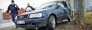 En inbrottstjuv var nära att köra på en väktare med bilen innan han kraschade den mot en lyktstolpe.